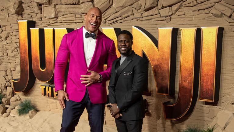 Dwayne Johnso und Kevin Hart vor dem Jumanji-Logo