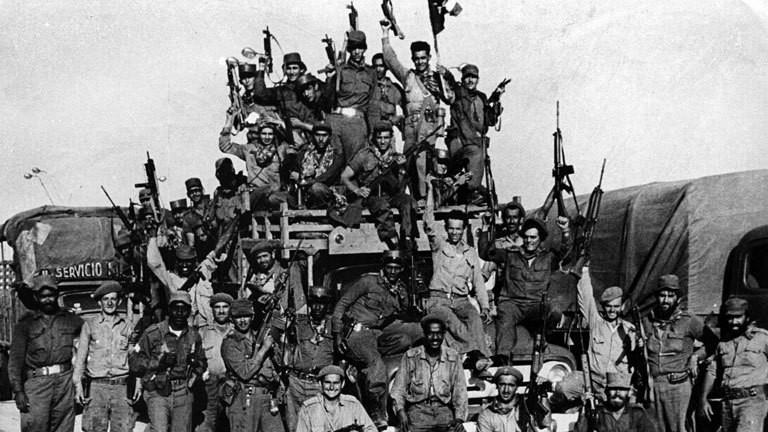 Kubanische Soldaten posieren für ein Foto um die missglückte Invasion in der Schweinebucht zu feiern.