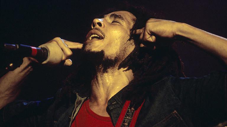 Mann singt auf einer Bühne