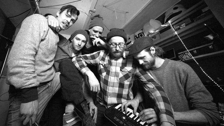 Bandfoto mit fünf Musikern