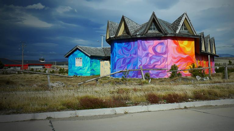 Eine Kirche, in leuchtenden Farben bemalt.