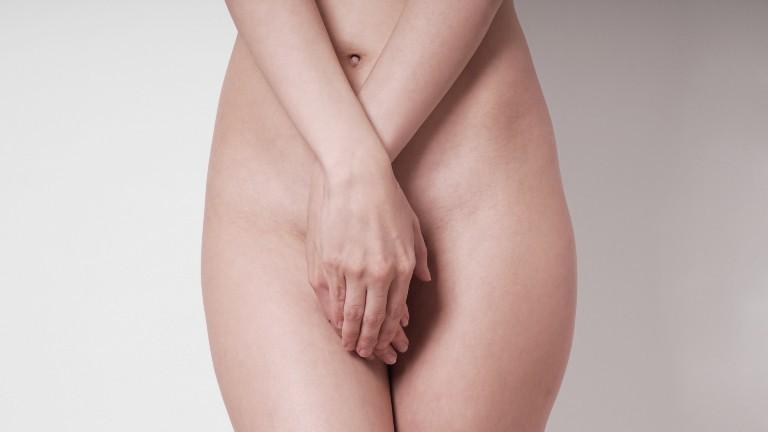 nackte Frau, die sich die Hände vor ihren Schambereich hält