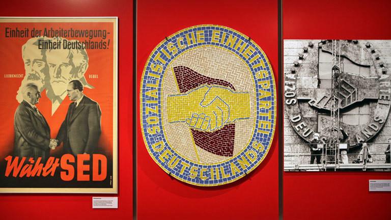 Verschiedene Devotionalien zeigen den symbolischen Handschlag zwischen Wilhelm Pieck und Otto Grotewohl zur Gründung der SED (Solzialistische Einheitspartei Deutschlands)