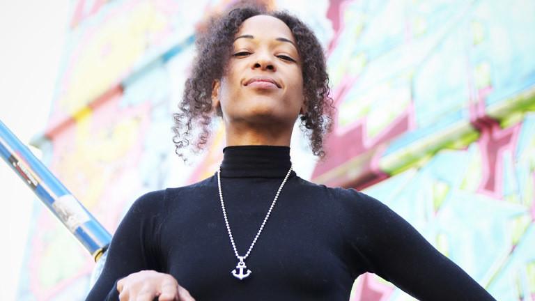 Eine junge Frau mit reckt den Kopf nach oben und lächelt