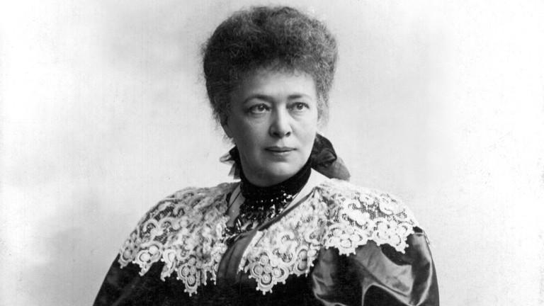 """Die österreichische Pazifistin und Schriftstellerin (""""Die Waffen nieder"""") regte die Stiftung des Friedensnobelpreises an, mit dem sie selbst 1905 als erste Frau ausgezeichnet wurde."""