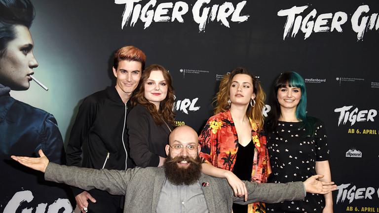 Fünf Personen vor einem Filmplakat.