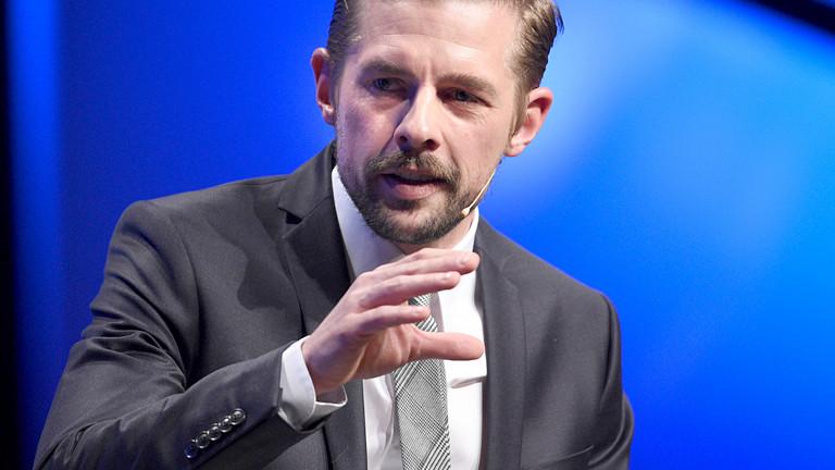 Moderator Klaas Heufer-Umlauf auf einer Bühne.