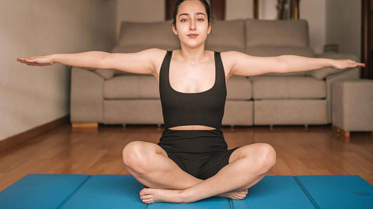 Frau macht eine Yoga-Übung