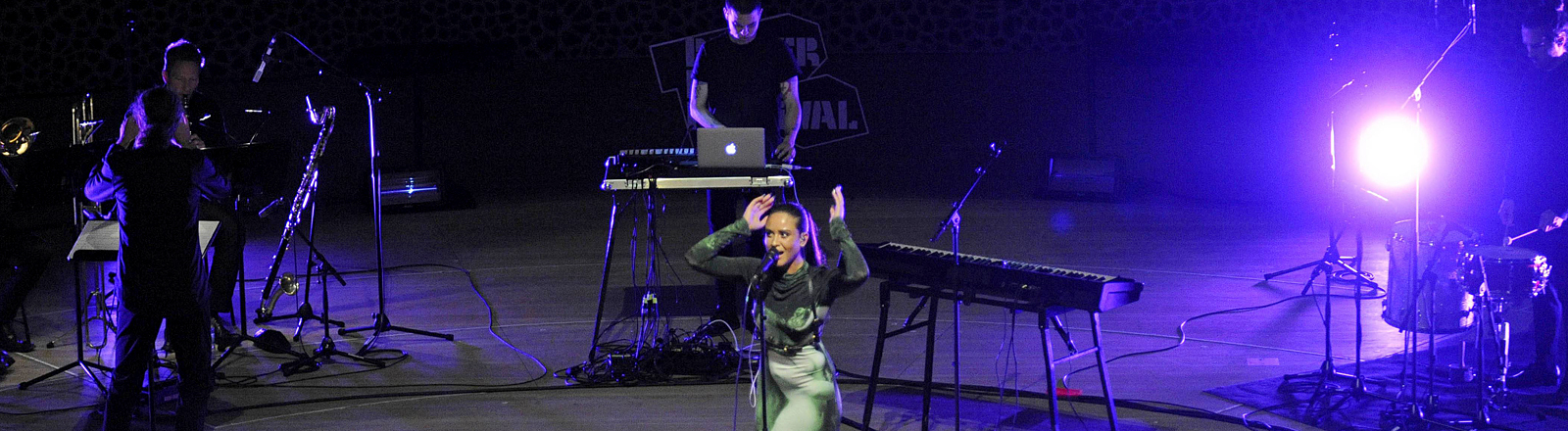 Frau auf einer Bühne