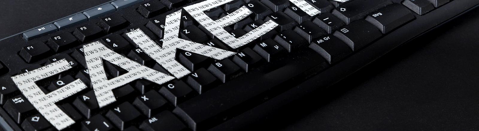 """Auf einer Tastatur steht """"Fake News"""""""