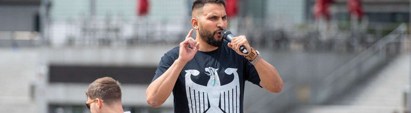 Mann mit Reichsadler auf dem Shirt