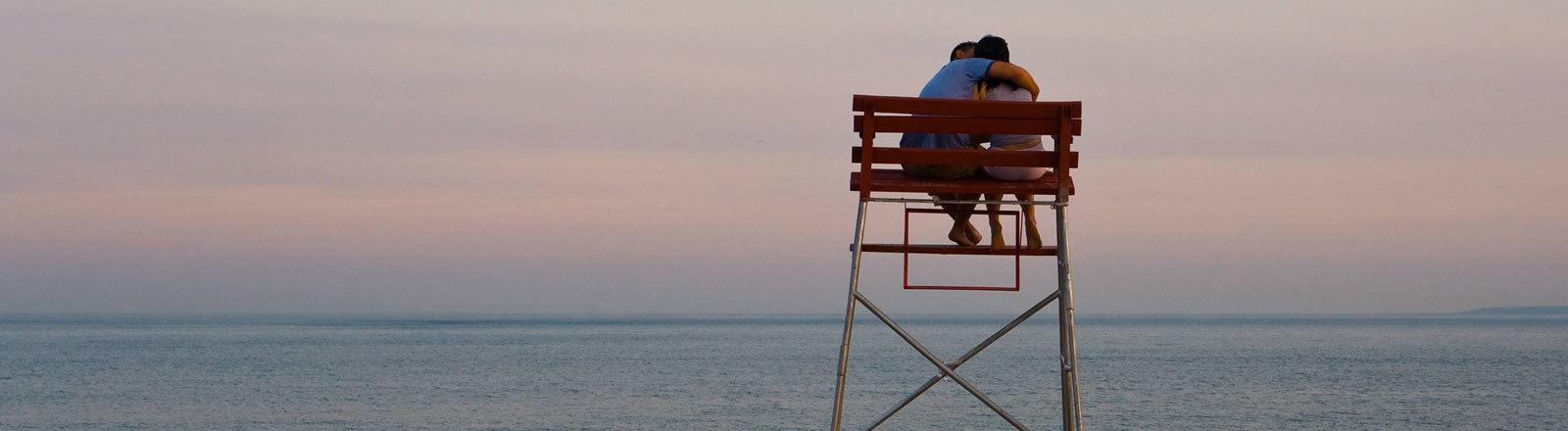 Liebespaar auf einem Hochsitz am Strand von Coney Island