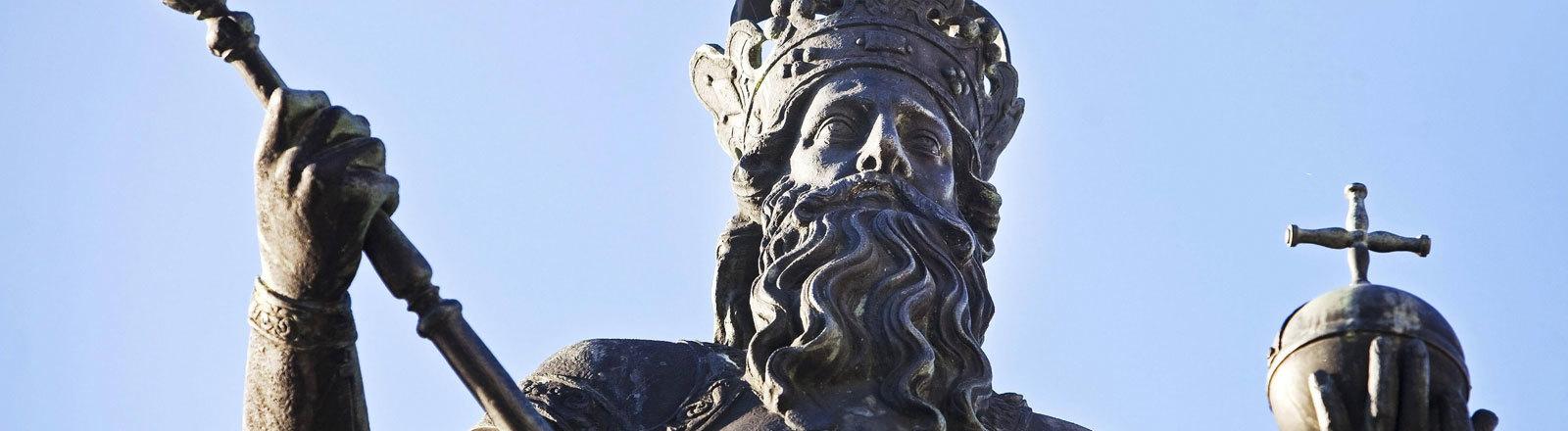 Brunnendenkmal in Aachen: Der Römisch-deutscher Kaiser Karl der Große