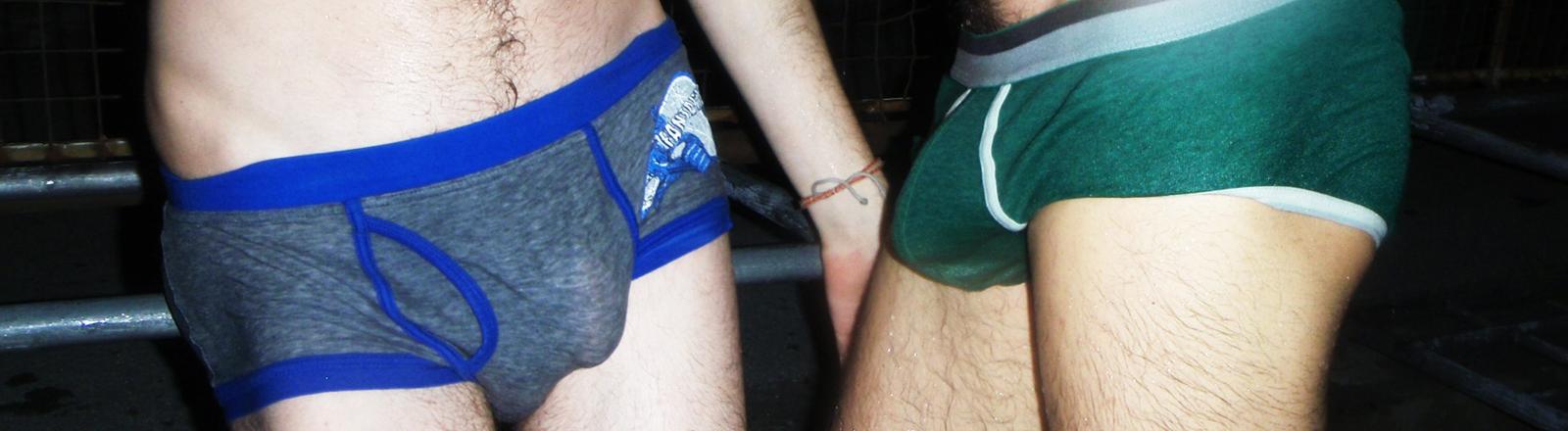 Zwei Männer in Unterhose.