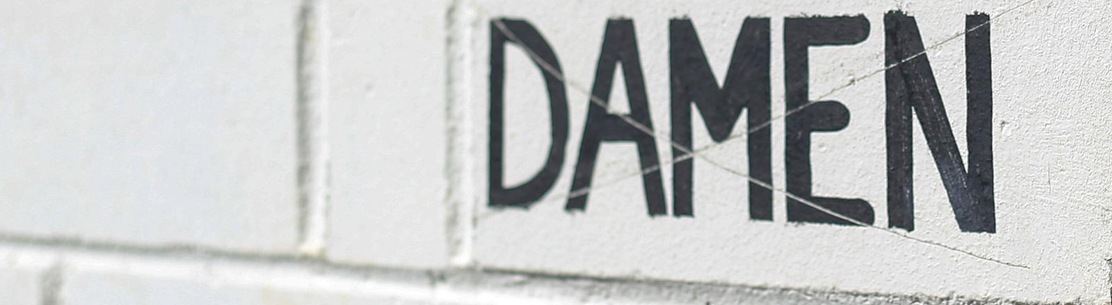 Schriftzug Damen auf einer Mauer