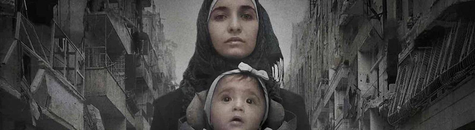 Frau mit Baby in einem Kriegsgebiet
