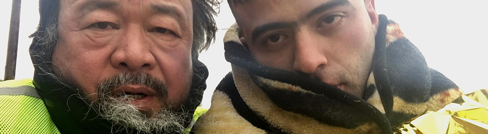 Ai WeiWei mit einem Flüchtling
