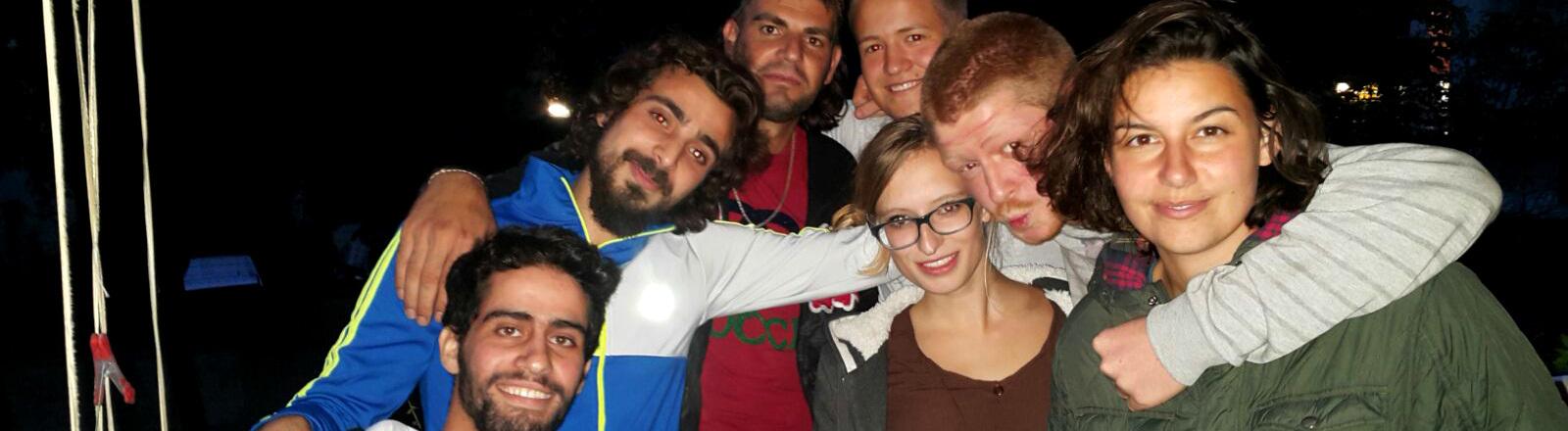 Ein Gruppenbild mit den Flüchtlingen und deren WG-Mitbewohnern.