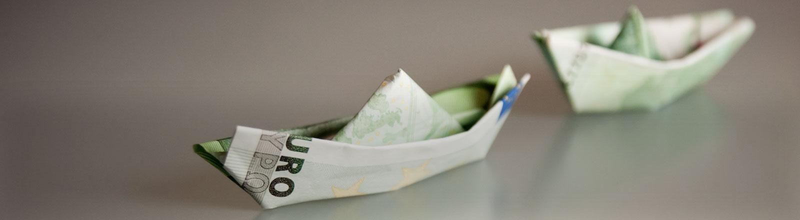 Zwei Einhundert-Euro-Scheine als Boote gefaltet.