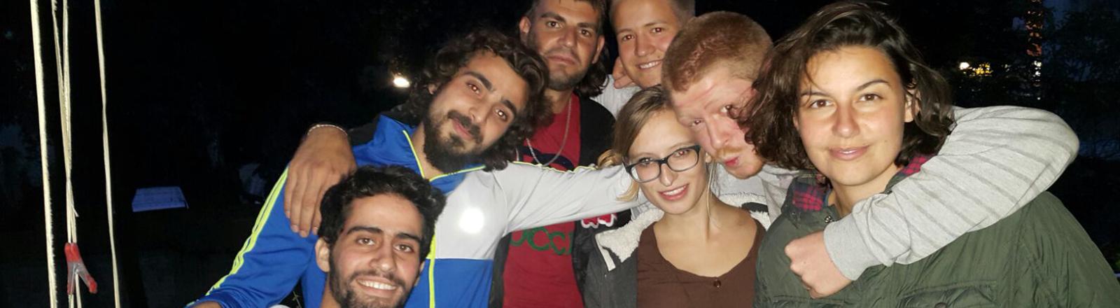 Ahmad auf einem Gruppenbild mit seinen neuen Freunden.