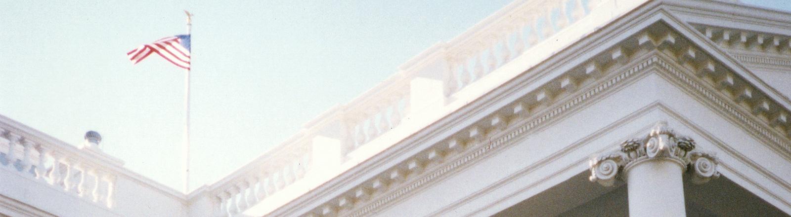 Die amerikanische Flagge auf dem Dach des Weißen Hauses.