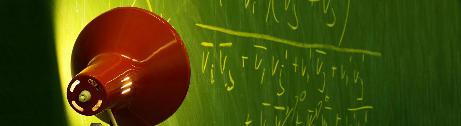 Formeln an einer Tafel.
