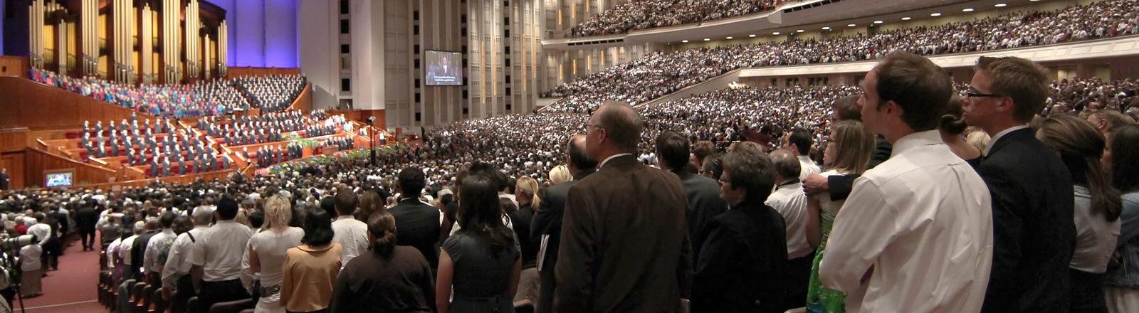 Am 03.10.2010 kommen etwa 20.000 Mormonen in Salt Lake City im Konferenzzentrum ihrer Kirche zusammen.