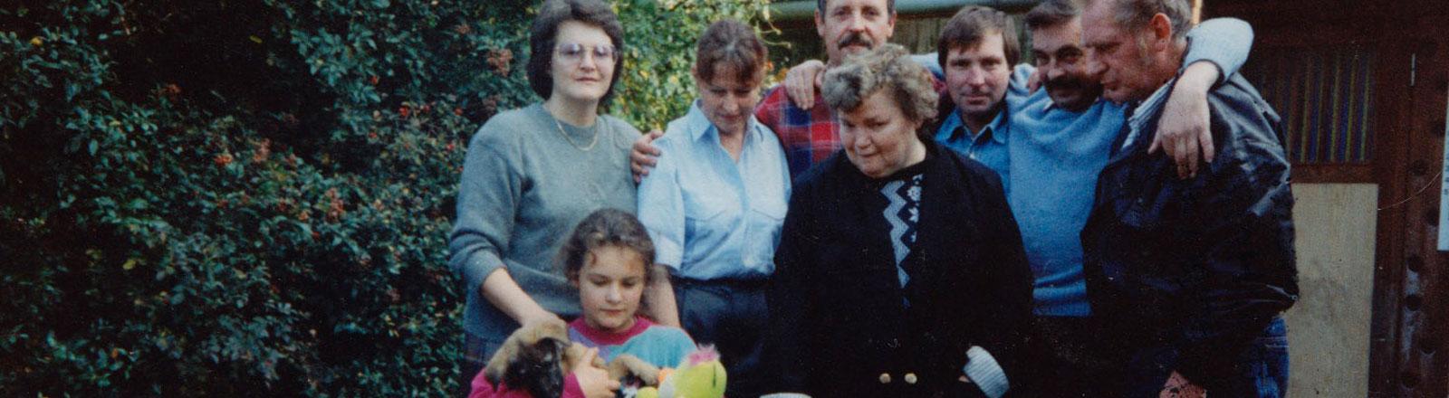 Nadya, Larissa (Nadyas Mutter), Petra (hellblaue Bluse), Viktor (Nadyas Vater), Irma, Hansi, Siegfried (Petras Mann) und Dieter (ein Bekannter)