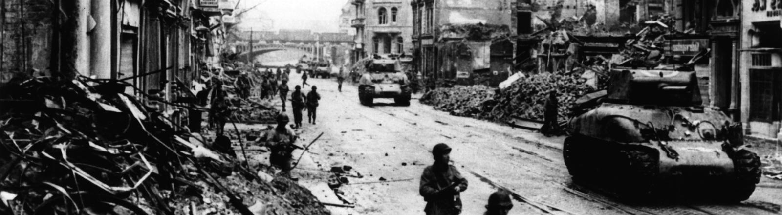 Amerikanische Truppen marschieren in Köln ein.