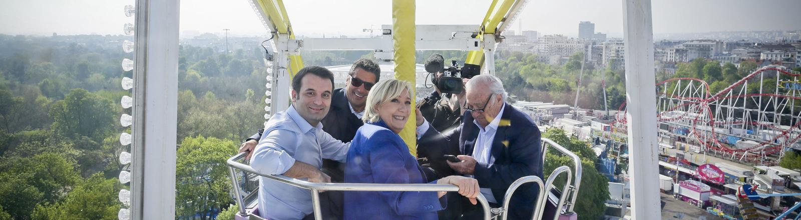 Marine Le Pen in einer Riesenradgondel