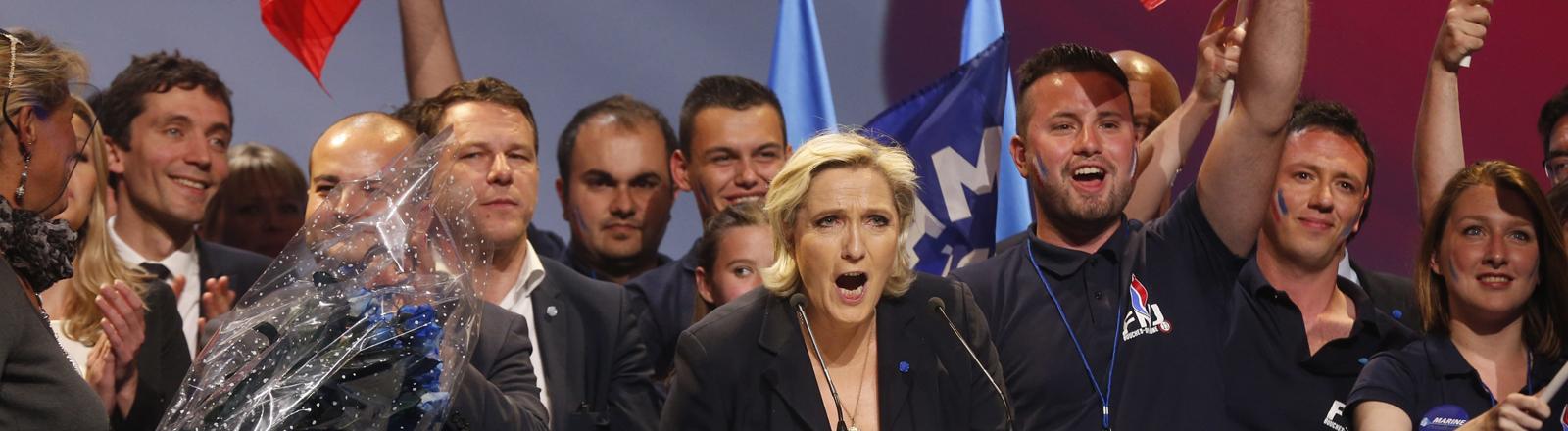 Marine Le Pen und Anhänger bei einer Wahlkampfveranstaltung