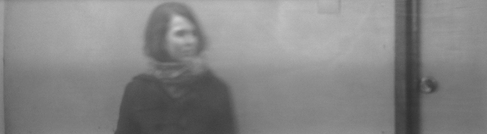 Eine Frau auf einem Schwarz-WEiß-Bild.