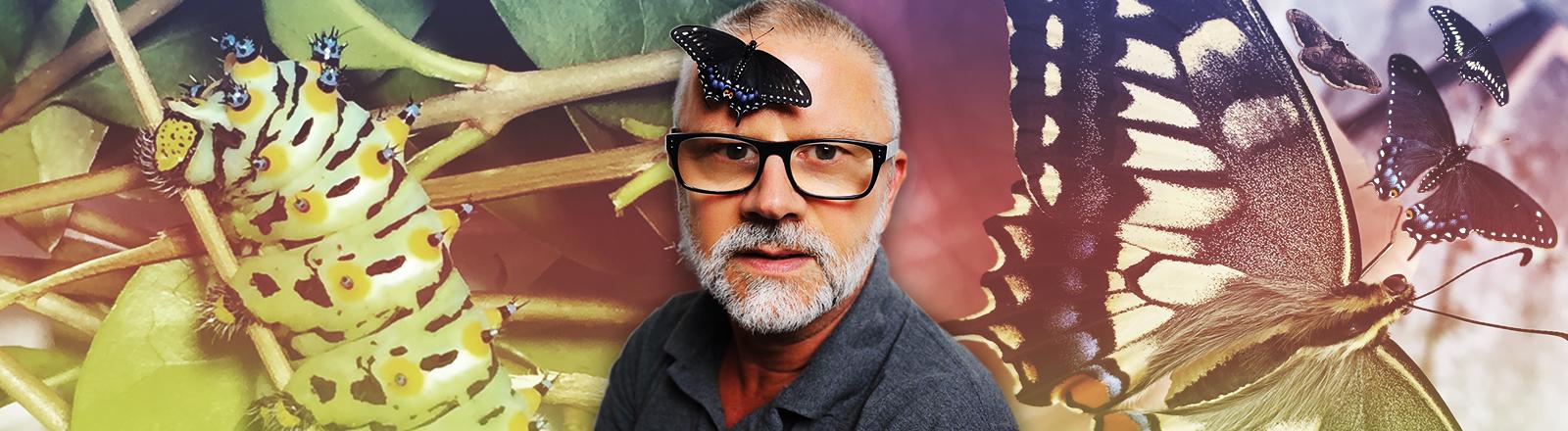 Schriftsteller Peter Henning hat einen Schmetterling auf seinem Kopf sitzen.
