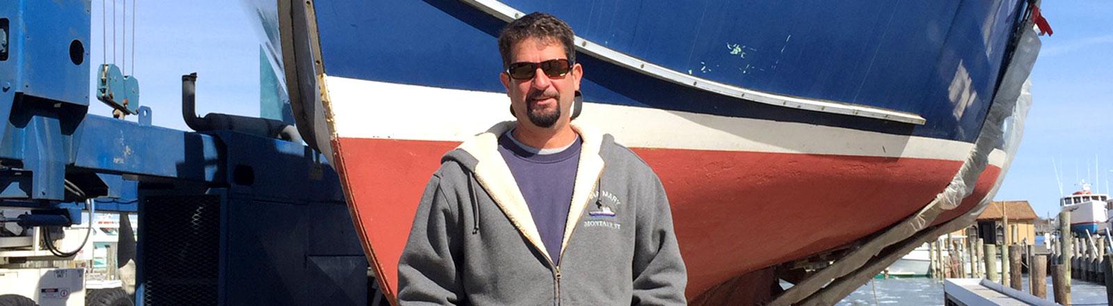 Der Fischer John Aldrige vor seinem Boot.