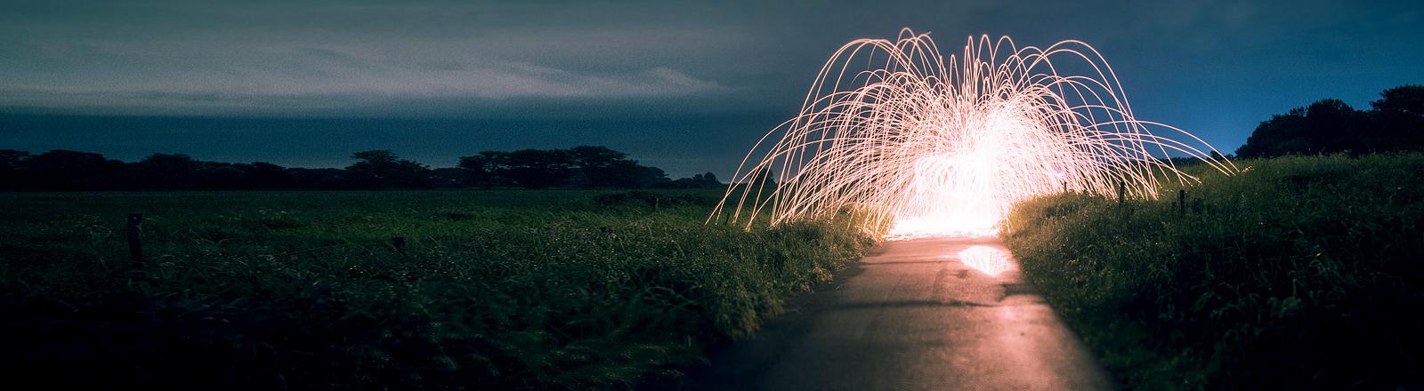 Ein leuchtendes Kunstwerk auf einem Feld.