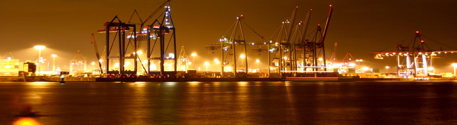 Hafen von Hamburg bei Nacht.