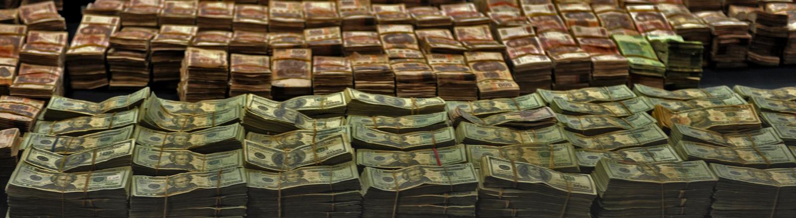 Dutzende Bündel Geldscheine