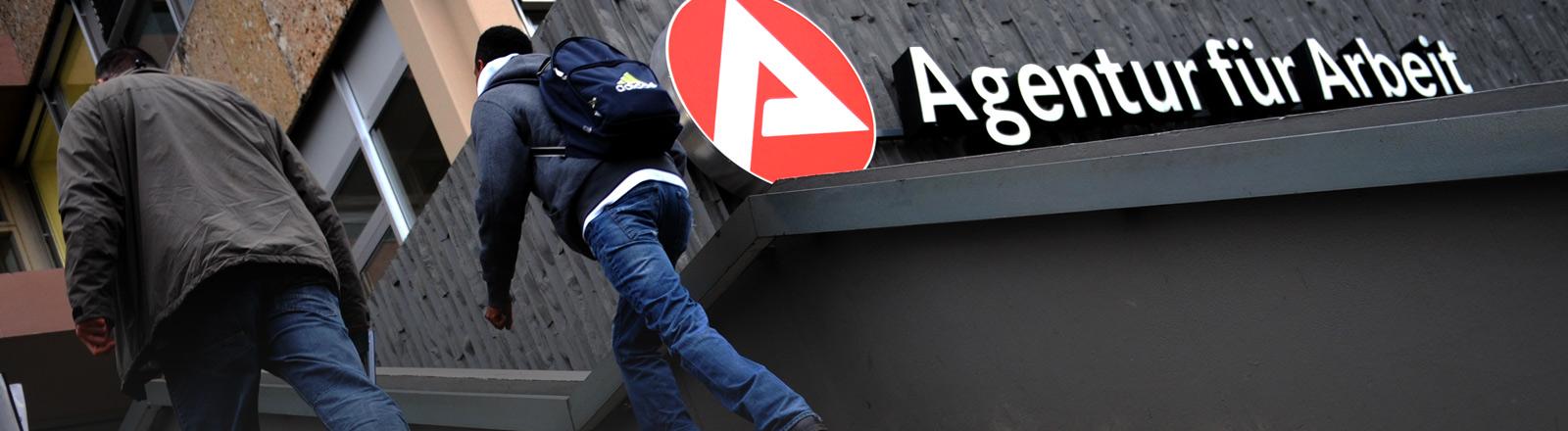 Eingang einer Agentur für Arbeit mit deren Logo.