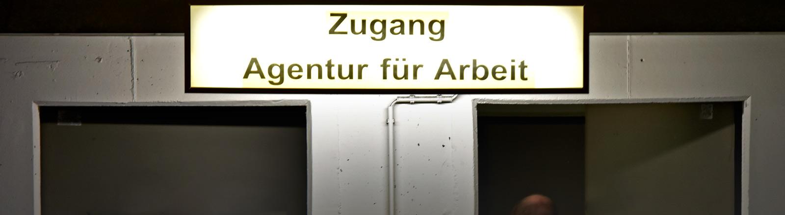 """Schild mit der Aufschrift """"Zugang Agentur für Arbeit"""""""