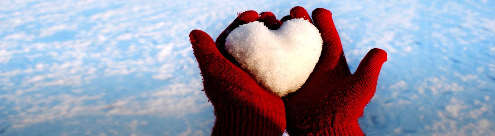 Ein Herz aus Schnee in der Hand