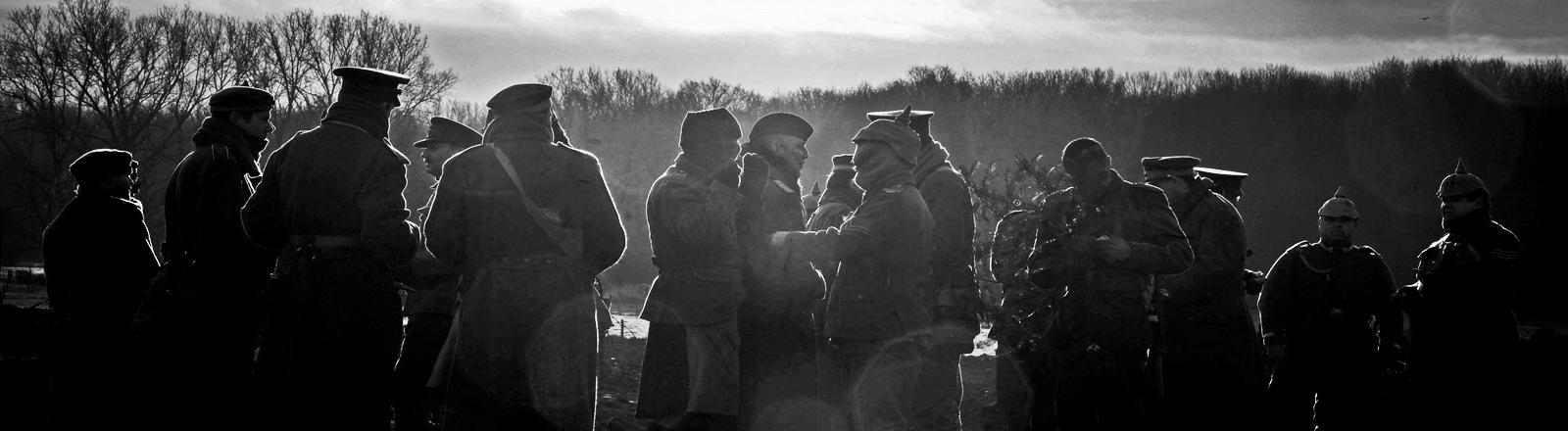 Männer spielen den Weihnachtsfrieden aus dem ersten Weltkrieg nach