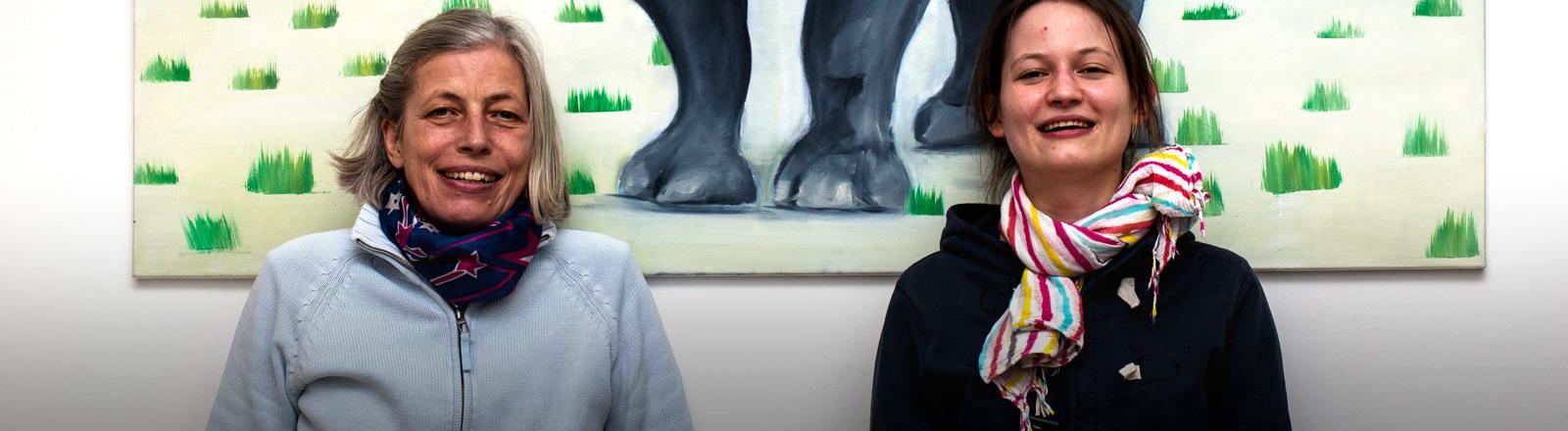 Bettina Scheifinger-Jaufer mit ihrer Tochter Johanna vor einem Bild von Nashorn Pablo.