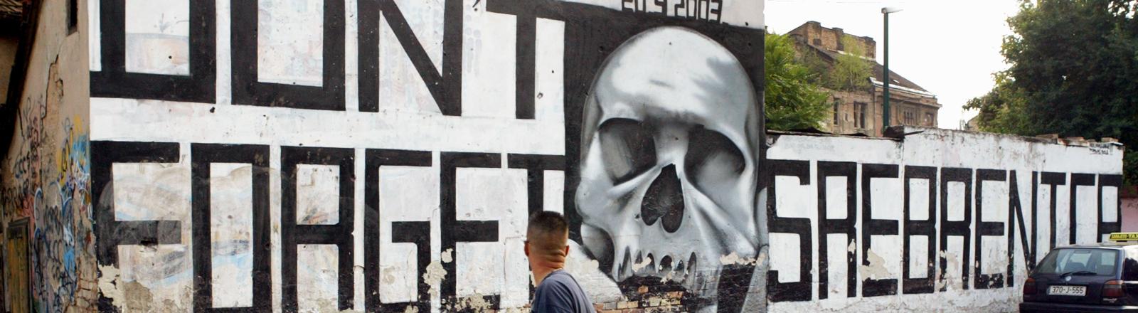 Ein Graffiti erinnert an das Massaker von Srebrenica