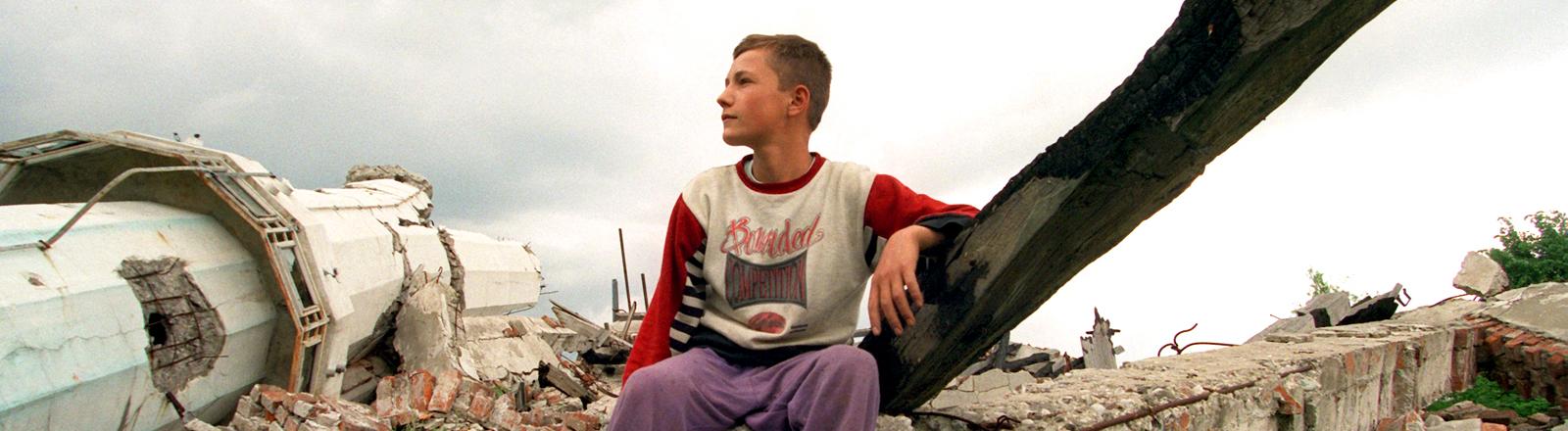 1996: ein muslimischer Junge in den Trümmern der Moschee seines Dorfes in der Nähe der  bosnischen Stadt Tuzla.