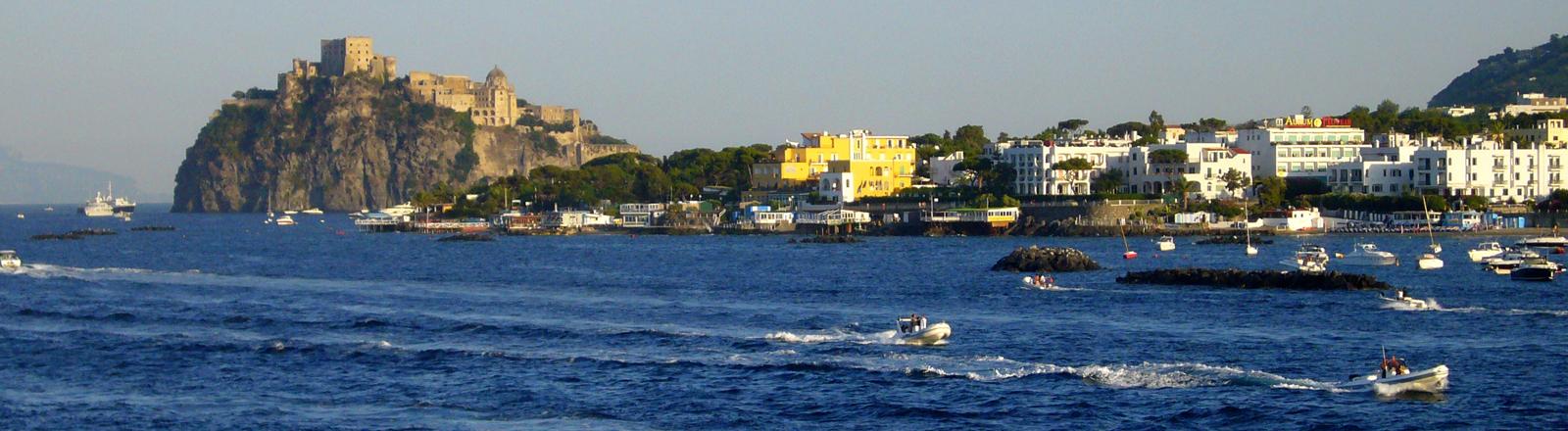 Ein Bild von der Insel Ischia im Mittelmeer.