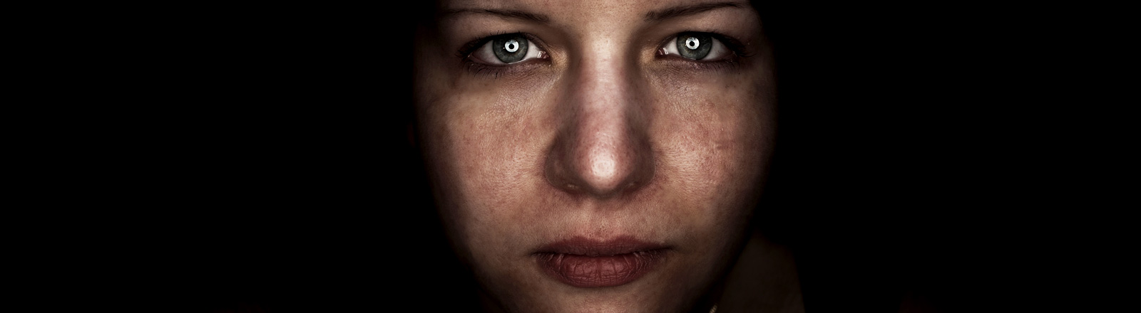 Eine Frau mit traurigem, starkem Blick