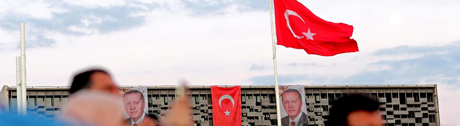 Eine Hauswand mit Plakaten von Präsident Erdogan.