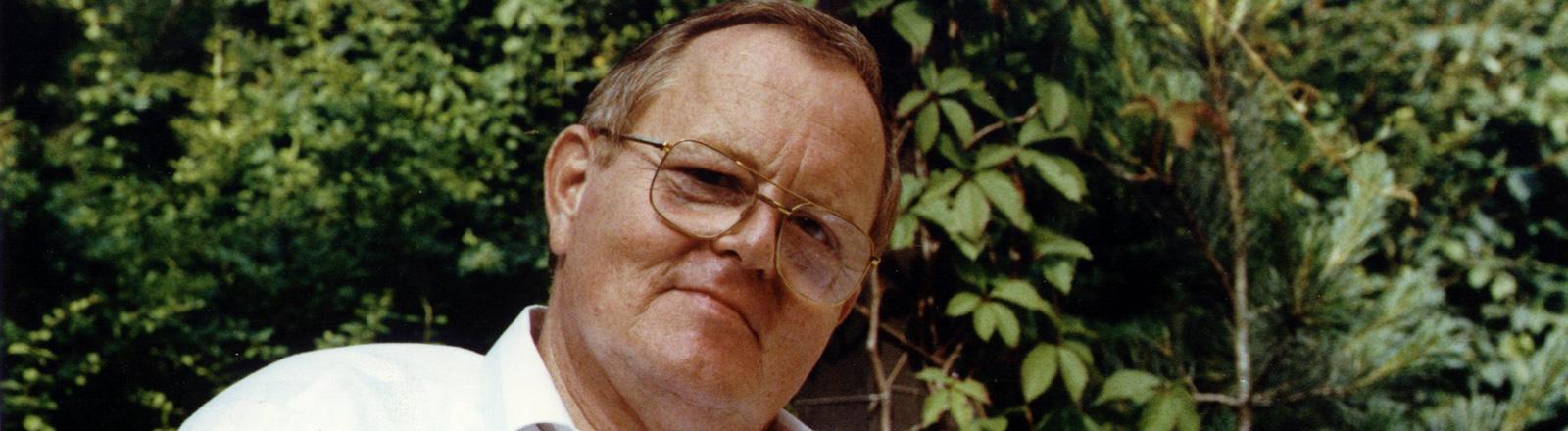 Der ehemalige Doppelagent für den Kölner Verfassungsschutz und das Ministerium für Staatssicherheit der DDR, Hansjoachim Tiedge, am 25.6.1990 im Garten seines Hauses in Ostberlin.