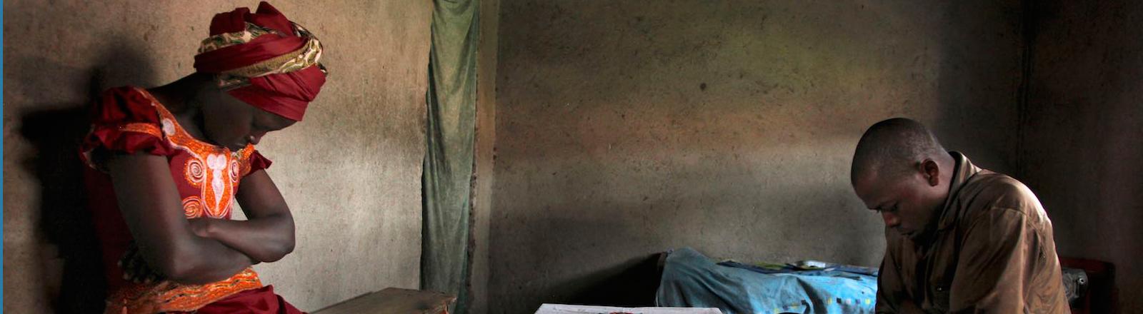 Claudine und Ananias in einer Hütte in Ruanda