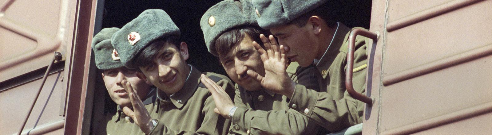 """Doswidanja"""" (Aufwiedersehen) winken die Soldaten der russischen 47. Panzerdivision, die am 06.04.1994 mit einem Güterzug die Reise in die Heimat nach Nishni Nowgorod bei Moskau angetreten hat."""